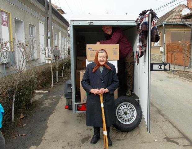 Alte Frau freut sich über mitgebrachte Gehhilfen