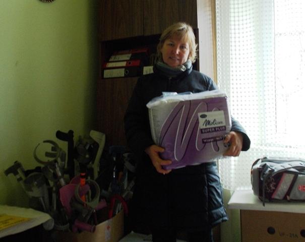 Frau Godza mit den wichtigsten Dingen für die Bewohner im Heim