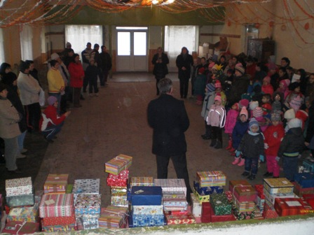 Kinder und Päckchen von der Bühne